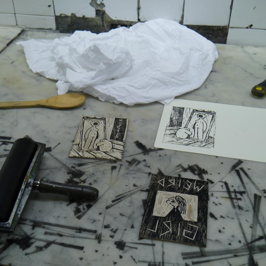 Eva Ramirez printing Weird Girl. Eva Ramirez estampando Weird Girl.